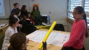 """Les élèves travaillent sur le diaporama de leur exposé sur """"un ascenseur particulier"""""""
